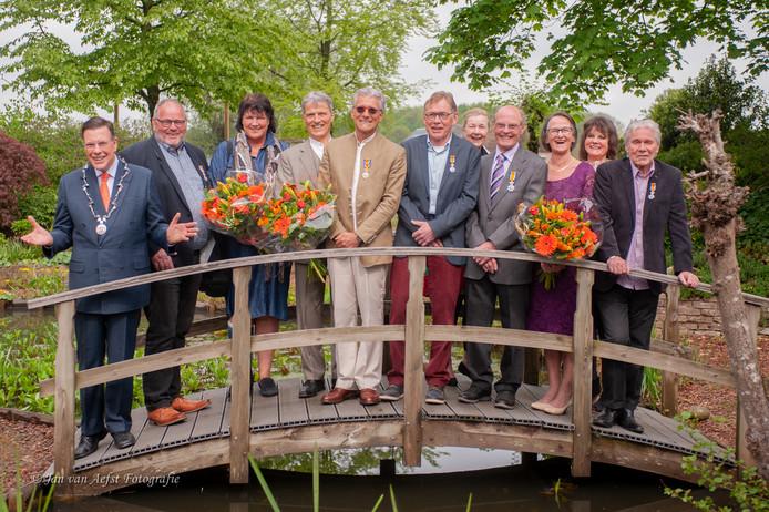 Groepsfoto van de gedecoreerden samen met burgemeester Ton Strien.