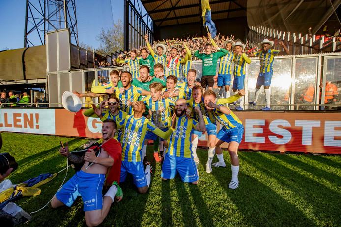 Spelers vieren de promotie met de fans.