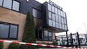 Het bedrijfspand in Weurt waar de explosie plaatsvond.
