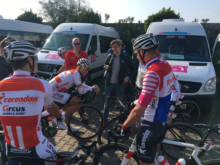 Met de sfeer zit het wel goed bij Corendon-Circus na de zege van gisteren. Vlak voor de start dolde Van der Poel nog even met onder anderen Stijn Devolder. De renners verplaatsen zich en kleden zich om in de witte busjes die te zien zijn op de achtergrond.