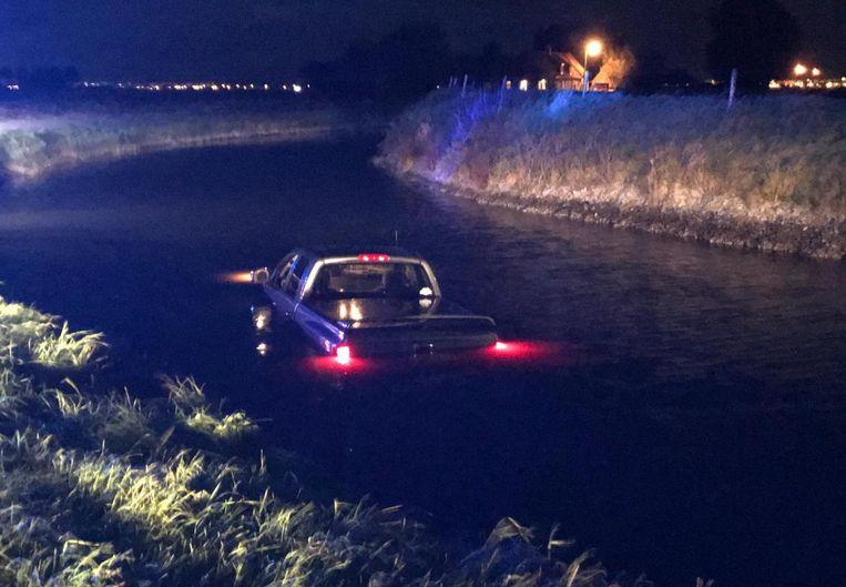 De pick-up staat in het water, dat gelukkig niet al te hoog stond.