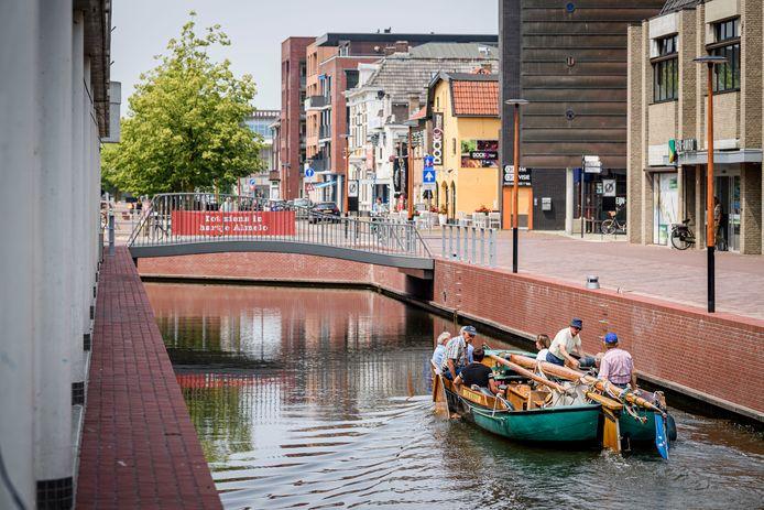 Almelo Waterstad is al een heel eind op weg, door de aanleg van de havenkom, waar onder meer de Almelose praam vaart.
