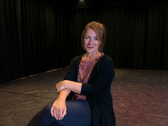 Theaterdocente Irma Rens in de theaterzaal van de Nieuwe Veste