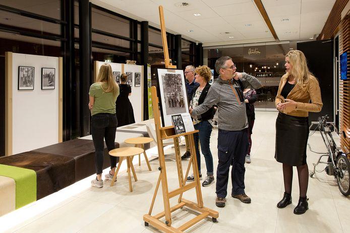 Fotograaf Stef Mennens geeft uitleg na de opening van de expositie.