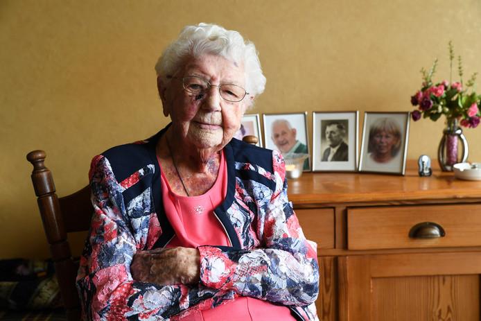 Mevrouw Weterings woont nog alleen en wordt 105 jaar, ondanks dat ze drie pakjes sigaretten per week rookt.