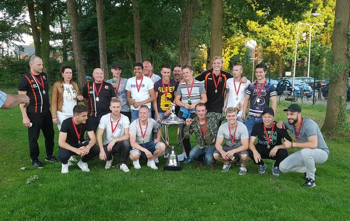 Sportlust Glanerbrug pakte zaterdag, na het kampioenschap in de vijfde klasse, nóg een prijs: de ploeg won het Marinus Goedharttoernooi.