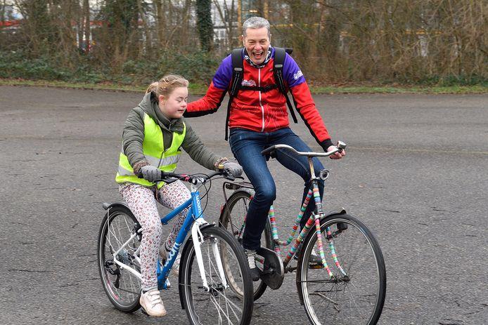 Annie Tiekstra geeft fietslessen aan kinderen én volwassenen. Daarnaast verkent ze met haar vriend op de fiets de wereld.