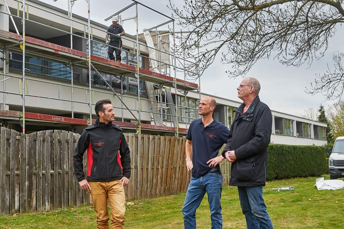 Projectleider Gilbert van Belkom, opzichter Robert Kleij en bewoner Roel Sloot in 't Woud.