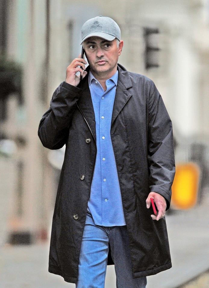Mourinho in Londen, bellend met in zijn andere hand nog een telefoon.