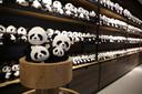 Meters en meters pandaknuffels in de winkel van Ouwehands Dierenpark.