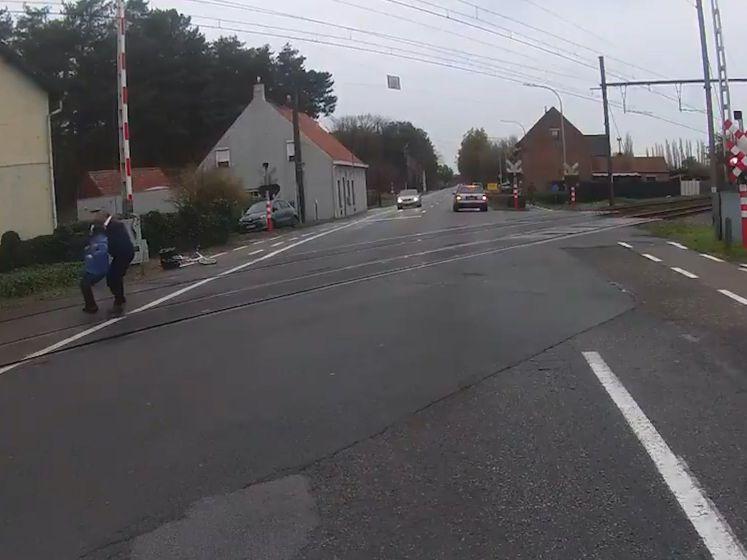 Vlaamse buschauffeur redt vrouw van spoorwegovergang