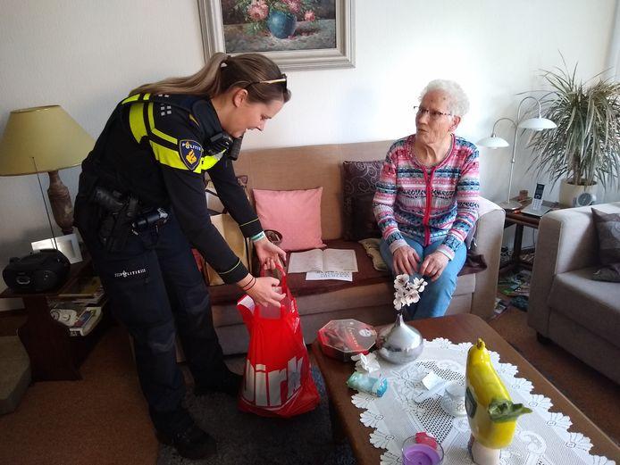 Politieagente Chantalle Windt levert nieuwe  paasboodschappen af bij de 86-jarige Marietje Grootelaar. De eerste tas met boodschappen werd verpletterd toen mevrouw Grootelaar met de auto tegen een boom reed.