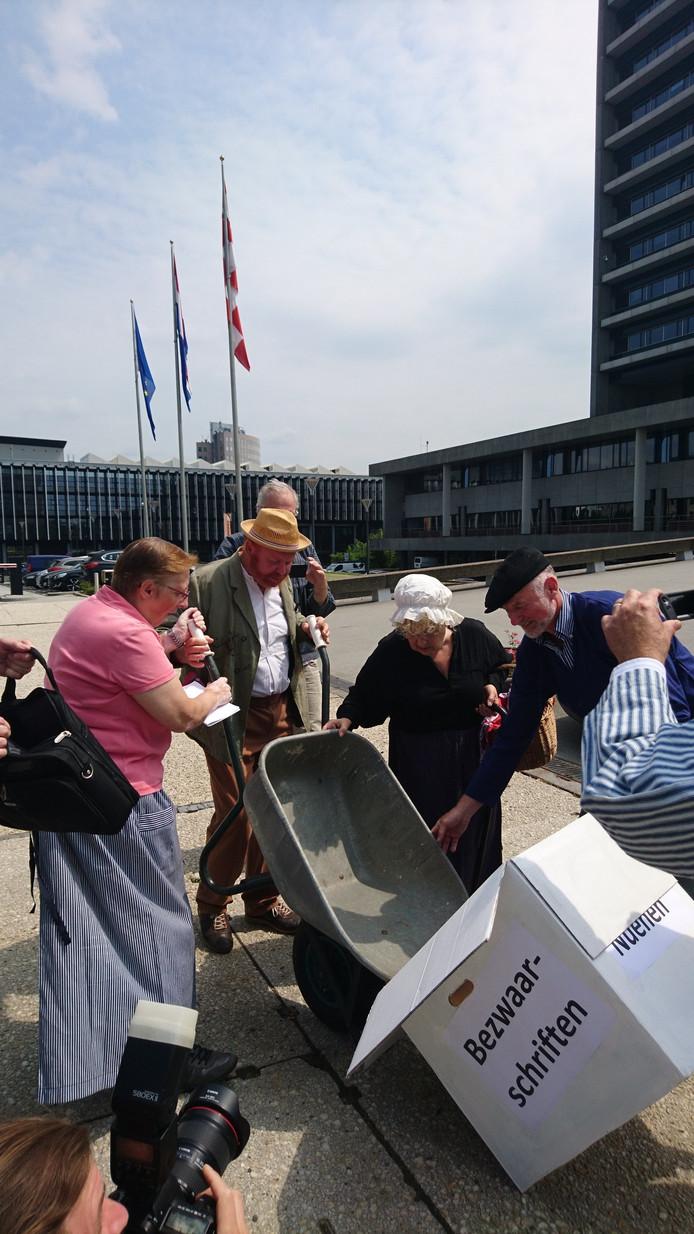 Archieffoto Het actiecomité Nuenen Zelfstandig (inclusief 'Vincent van Gogh') bezorgt bezwaren tegen fusie met Eindhoven bij het provinciehuis.