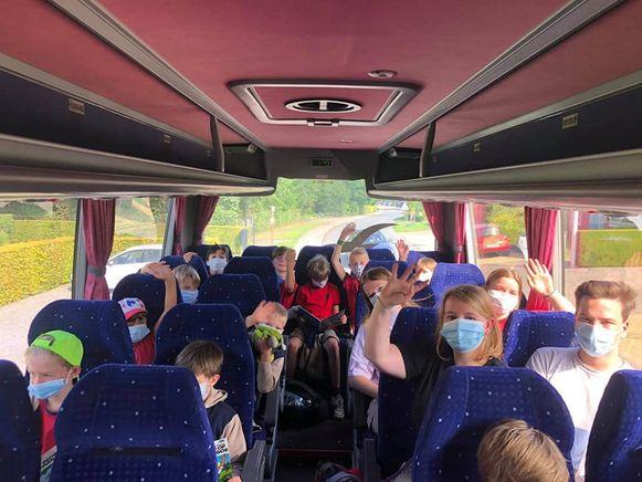 Chiro Zandhoven bij het vertrek afgelopen zaterdag  richting hun kamp in Namen.