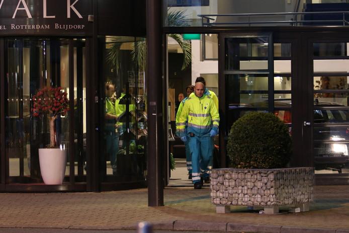 Ambulancepersoneel bij het Van der Valkhotel, waar twee motorclubs slaags raakten. Er werden ook schoten gelost.