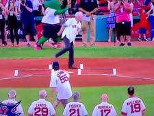 Eerste worp voor MLB-duel belandt op 'kroonjuwelen' van fotograaf