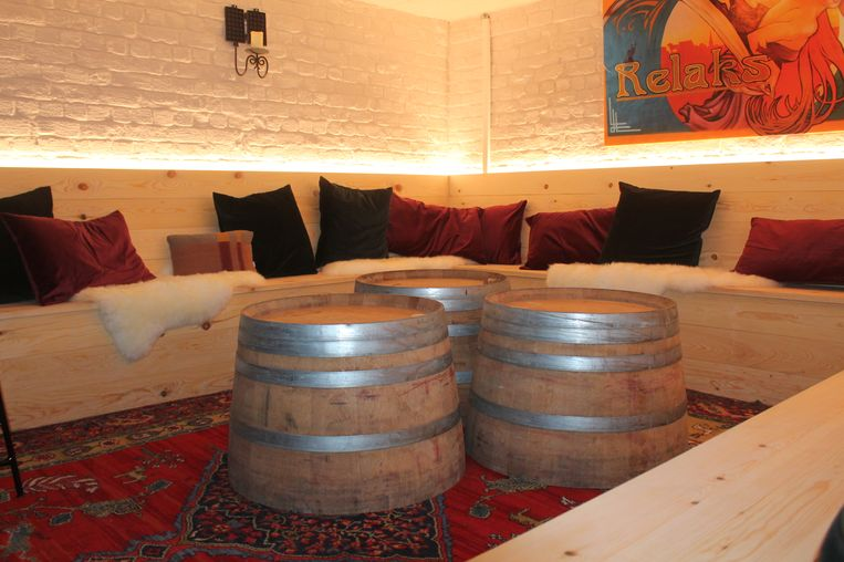 In de kelder is er een Relaksstübe, waar klanten rustig iets kunnen drinken.