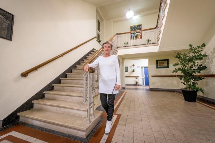 Annelie Meenhuis van de bewonerscommissie op de monumentale trap in het oude ziekenhuis.