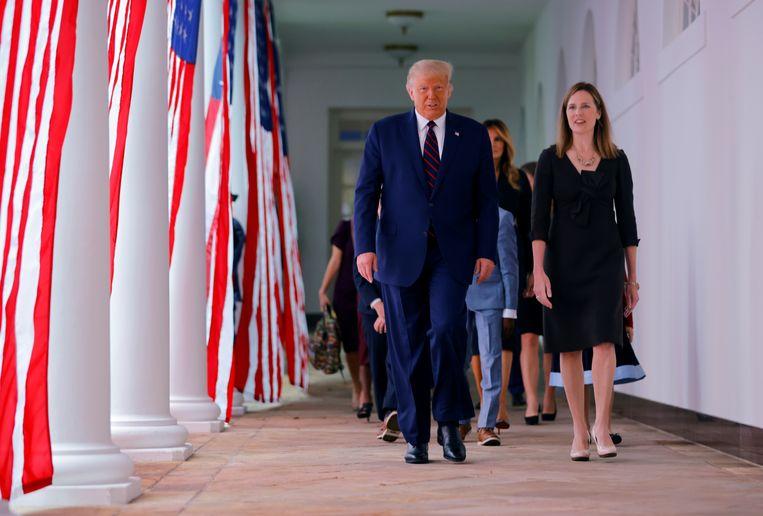 President Donald Trump en rechter Amy Coney Barrett, vlak voor haar nominatie als hoge rechter. Beeld Reuters