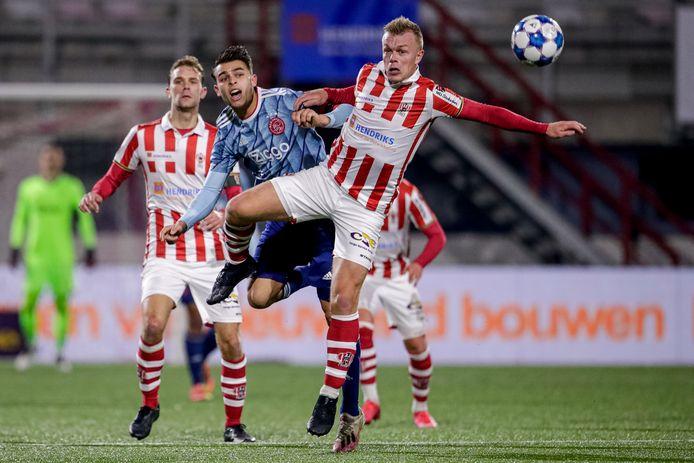 Enric Llansana (Jong Ajax) en Lion Kaak van Top Oss zijn verwikkeld in een luchtduel.
