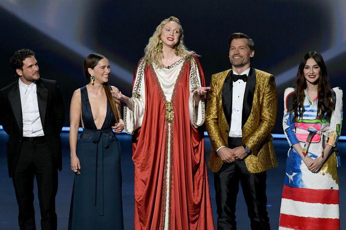 Game of Thrones-acteurs Kit Harington, Emilia Clarke, Gwendoline Christie, Nikolaj Coster-Waldau en Carice van Houten (vlnr.) gisteravond op het podium bij de Emmy's