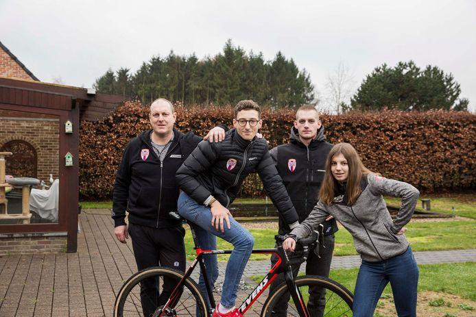 De 18-jarige Brit Ben Turner (op de fiets) verblijft deze winter bij de familie Sneyers.