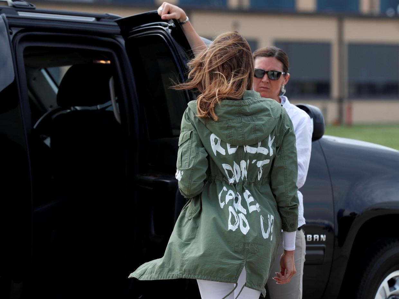 Melania in een jas van Zara, op haar rug de tekst: I really don't care, do u?