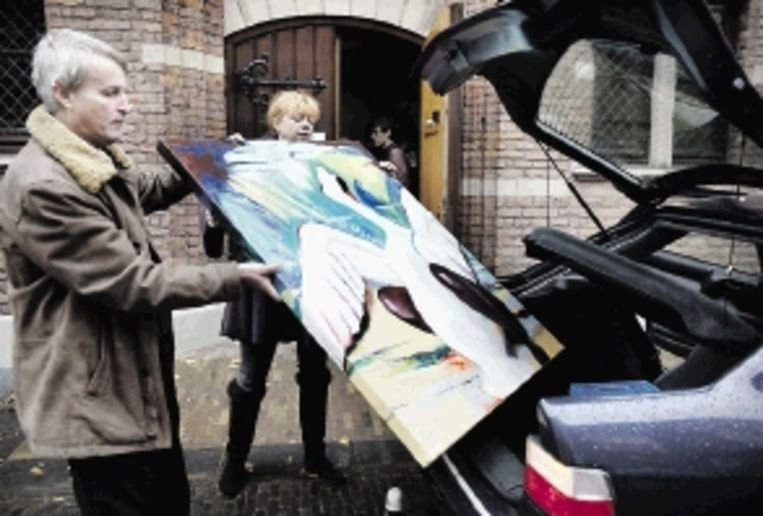 Grote drukte in het Centraal Museum: kunstenaars pakken hun werken uit, hangen het op en halen het een uur later weer weg. ( FOTO'S WERRY CRONE) Beeld