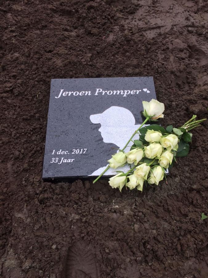 De gedenksteen die nog geen tien uur in een plantsoen aan de Santheuvel-Oost in Mierlo heeft gelegen.