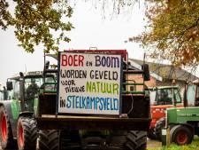 Boeren stappen op tractor voor protest bij CDA-bijeenkomst in in Exel
