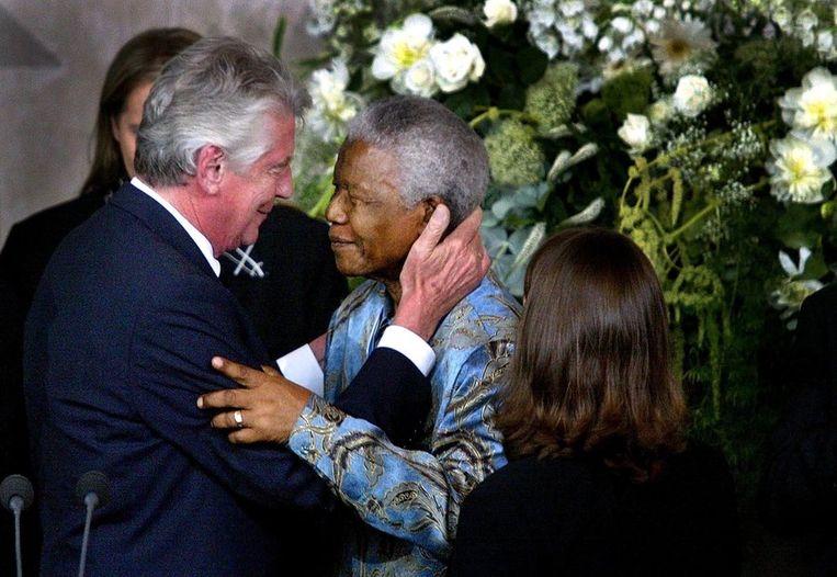 Demissionair premier Kok feliciteert Nelson Mandela met zijn Franklin D. Roosevelt Four Freedoms Award. in 2002. Beeld anp