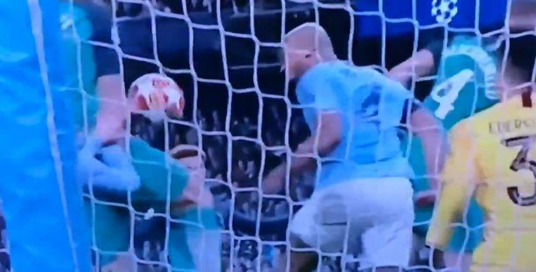Een beeld uit de replay achter de goal, die duidelijk maakt dat Llorente de bal in een fractie van een seconde met de elleboog beroerde.