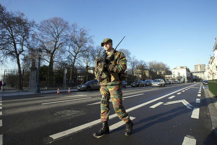 Een Belgische soldaat in Brussel, waar het leger patrouilleert sinds de anti-terreuracties van afgelopen week. Beeld belga