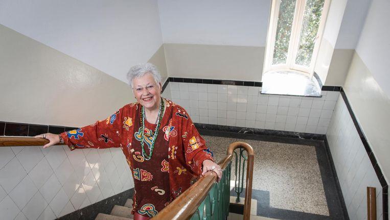 Margriet de Zwart in het trappenhuis van haar woning in de Frans van Mierisstraat. 'Ik ben zo dagelijks aan het sporten.' Beeld Dingena Mol
