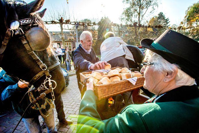 Aan jagers en dieren werden de gewijde Hubertusbroodjes uitgedeeld