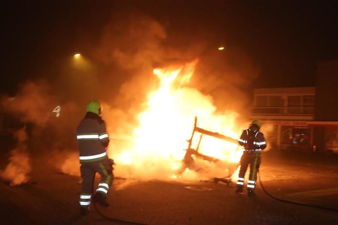 Caravan met autobanden in brand in Hedel.