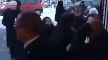 VIDEO: Massale knokpartij tussen rouwenden ontsiert uitvaartplechtigheid