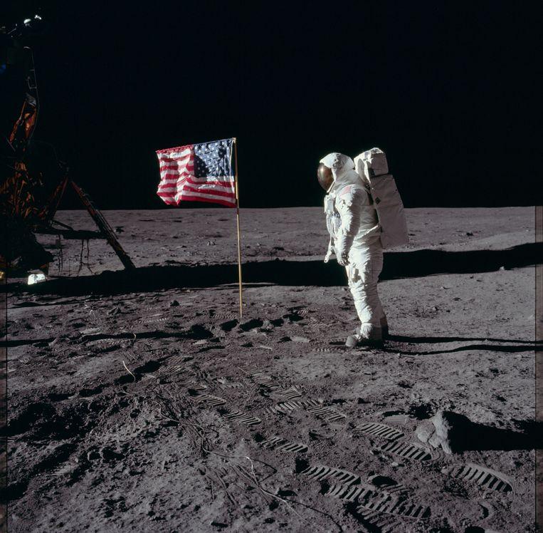 Complottheorie rondom de vlag: de vlag op de maan wappert. Dat kan niet, want in de atmosfeer van de maan is geen lucht en dus geen wind. Verklaring: De vlag zat in een buis, alvorens deze werd uitgevouwen. Doordat er geen wind waait op de maan, was er geen wrijving die de slingerbeweging kon stoppen.    Beeld NASA