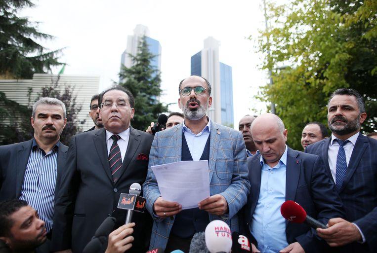 Perswoordvoerder Turan Kislakci leest een verklaring voor aan de verzamelde pers voor het consulaat in in Istanbul.  Beeld EPA