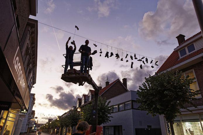 Een groep ondernemers hing donderdagavond schoenen op in de Grotestraat in Waalwijk.