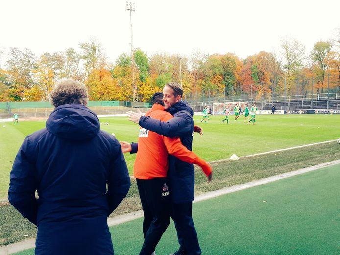 Kingsley Ehizibue omhelst de oude bekenden van PEC Zwolle, onder wie assistent-trainer Mark Looms.