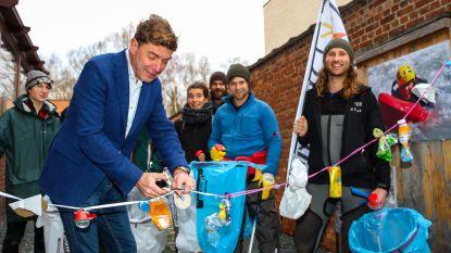 Wandelaars trekken naar Music for Life-dorp en ruimen onderweg alle afval op