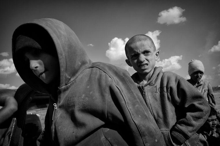 Tussen de stroom mensen zijn Yazedi kinderen gevonden, zij zijn door IS families jarenlang als slaaf gebruikt en meegenomen van stad naar stad. Deze Yazedi kinderen hebben de chaos van het moment gebruikt om te vluchten, hun getuigenissen zijn onmenselijk. Beeld Eddy van Wessel