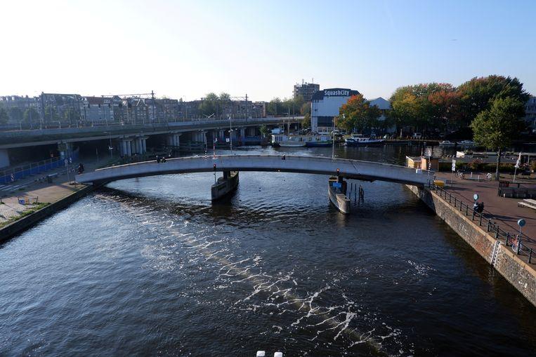 Het luchtbellenscherm van de Great Bubble Barrier in het Amsterdamse Westerdok. Beeld The Great Bubble Barrier / Reuters