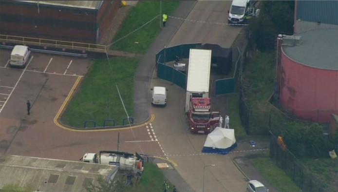 De politie doet op dit moment onderzoek rondom de vrachtwagen waar de lichamen werden aangetroffen.