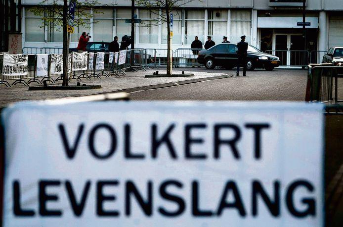 Begin 2003: Volkert van der G. arriveert bij de rechtbank.