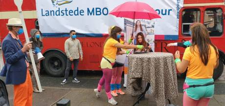 Verrassing: Engelse bus komt diploma's brengen bij studenten Landstede Harderwijk