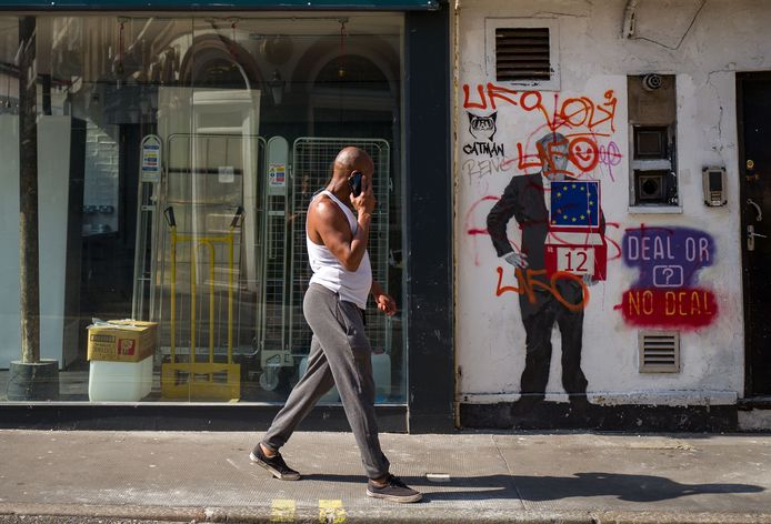 Op de muur van een leegstaand restaurant staat graffiti die zich uitspreekt tegen een no deal-brexit. De Britse economie staat er belabberd voor.