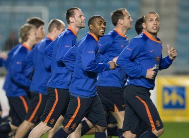 Debutant Edson Braafheid (derde rechts) doet dinsdag mee aan de warming-up tijdens de training van het Nederlands elftal in Tunis. Foto ANP Beeld