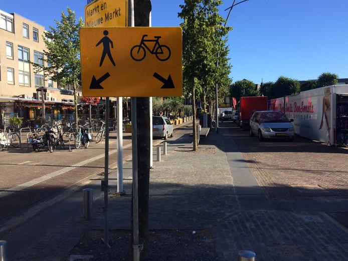 Volgens het Fiets Forum Uden heeft de verbreding van de terrassen aan de Markt slecht uitgepakt voor fietsers en wandelaars.